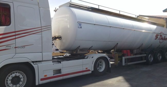 Camión cisterna con tanque circular