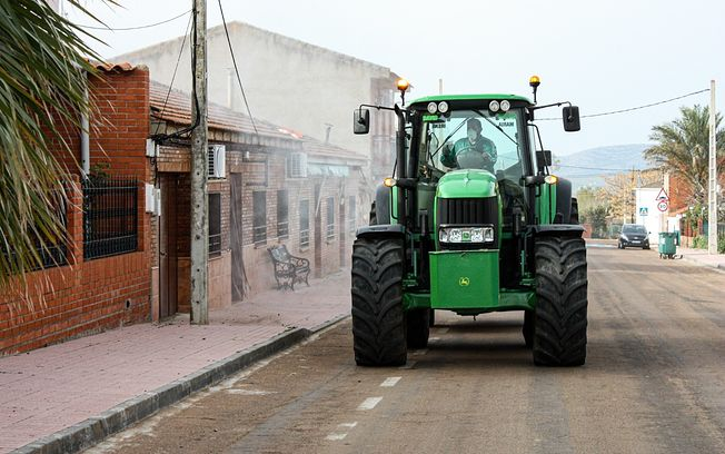Agricultores y ganaderos desinfectando las calles de sus pueblos, para hacer frente al COVID-19