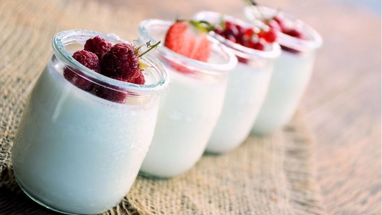 Yogur natural, tendencia sabor de fresa y sabor arándanos